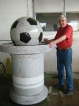 Dragan Đuričić kraj fontane sa kamenom loptom